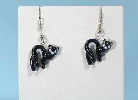 Fekete macska - fülbevaló miniatűr üvegfüggővel