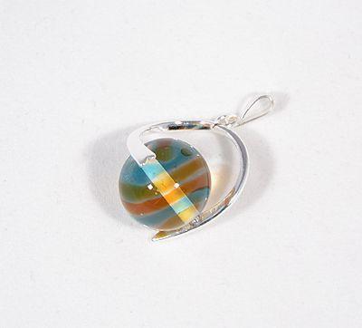 """""""Üveggolyó"""" egyedi üveg medál - szivárvány (kézzel készült üveggyönggyel)"""